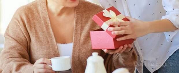 Что подарить маме на 60 лет - юбилей: от сына, от дочери (список подарков)