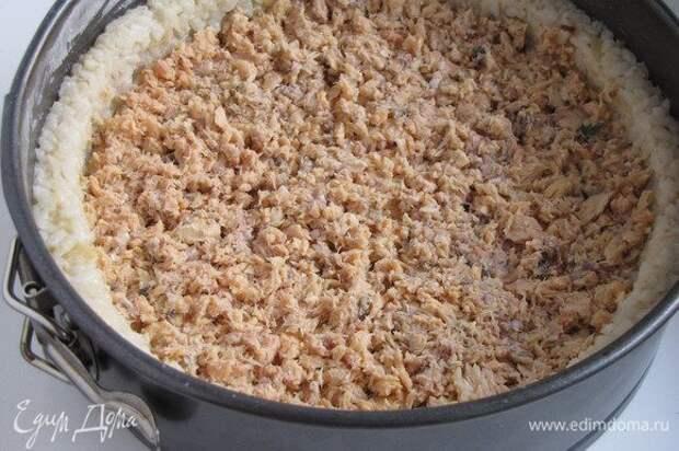 Открыть баночку лосося в собственном соку, жидкость слить, рыбу размять вилкой. Если берем свежую рыбу, то нарезаем кубиком. Выложить рыбу на рис и разровнять.