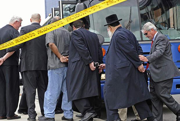 ФБР конвоирует арестованных по обвинению в отмывании денег, незаконной торговле органами и коррупции. Помимо муниципальных чиновников в штате Нью-Джерси, частью преступной группировки оказались и несколько раввинов.