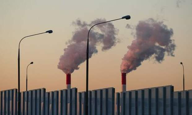 Steam rises from chimneys of a heating power plant in Moscow, Russia March 5, 2018. REUTERS/Maxim Shemetov