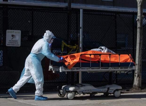 Сотрудник госпиталя в Нью-Йорке транспортирует телу умершего от коронавируса