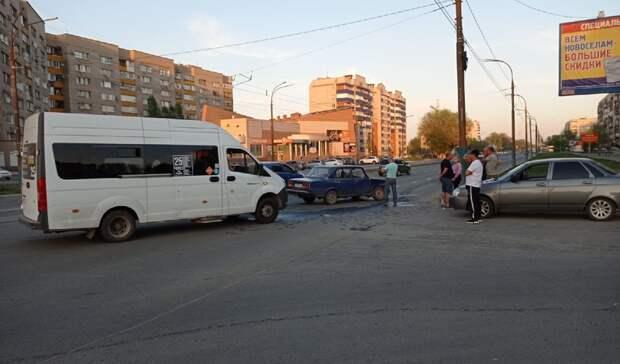 На проспекте Ленина в Орске столкнулись пассажирская ГАЗель и «семёрка»