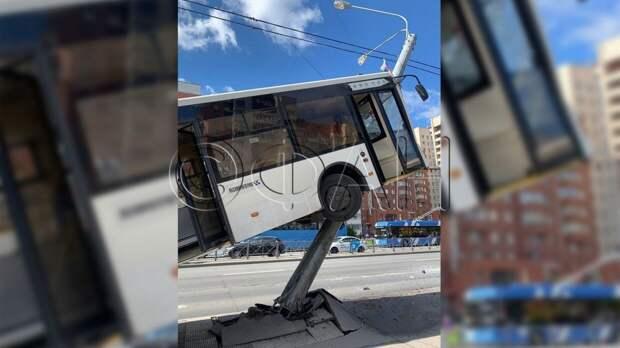 Автобус с пассажирами перевернулся на Ленинском проспекте в Петербурге