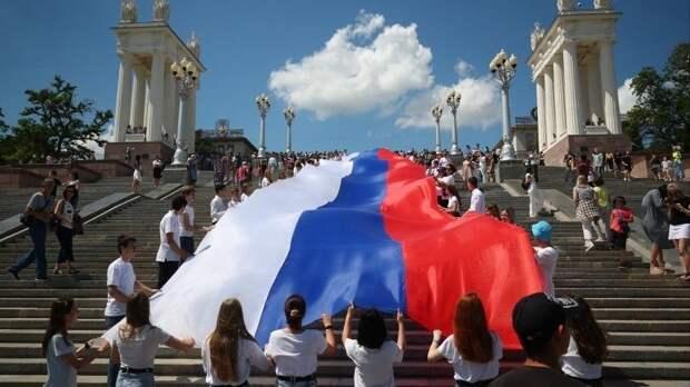 Вместе— сила: активисты «Единой России» провели праздничные акции повсей стране