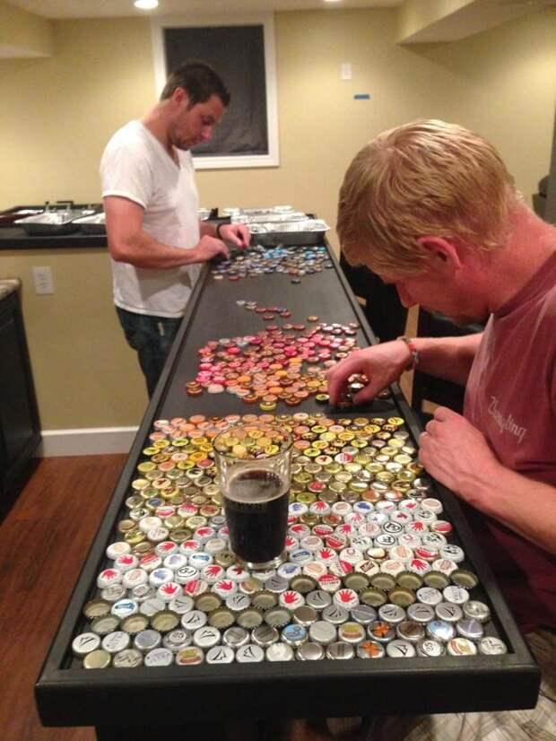 Мужчина создал необычную столешницу из коллекции бутылочных крышечек, которые собирал 5 лет крышки, своими руками, столешница