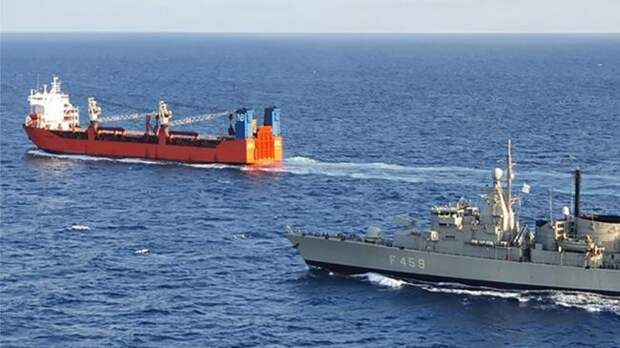 Спецназ ВМС Греции демонстративно высадился нароссийский сухогруз