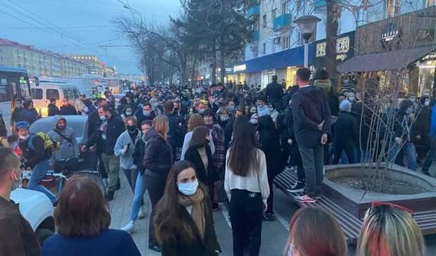Полицейские автозаки двинулись замитингующей толпой кДворцу молодёжи в Уфе