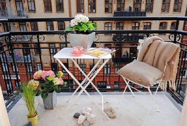 Хороший и очень милый вариант создать интересную обстановку на балконе с оригинальными элементами декора.
