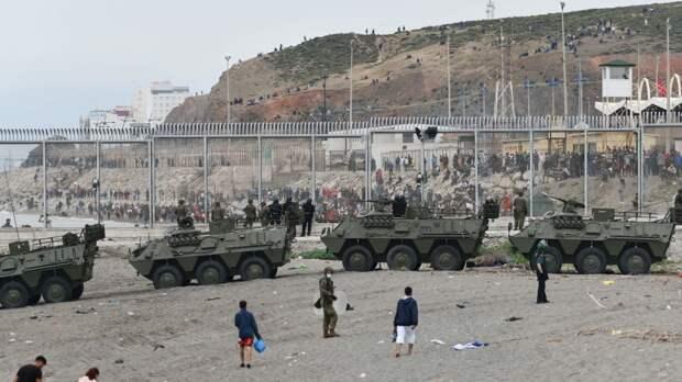 Испания разворачивает армию в Сеуте на границе Марокко из-за наплыва мигрантов