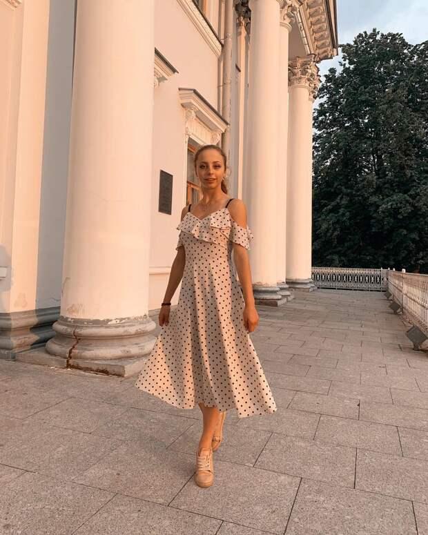 Как одеваются 32-летняя Погребняк и другие жены российских футболистов