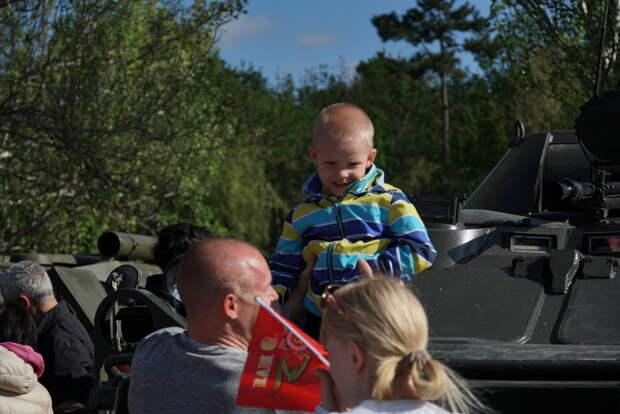В Гагаринском парке Симферополя проходит выставка военной техники, дети в восторге. Фоторепортаж