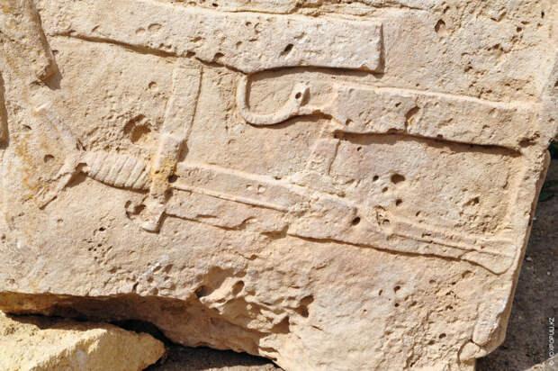 В каменной скульптуре, найденной в комплексе Байте, достигающей в высоту двух метров, видны черты таких...