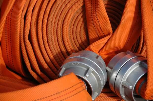 Исчезнувшие из подъезда дома на Малахитовой пожарные шланги вернули на место