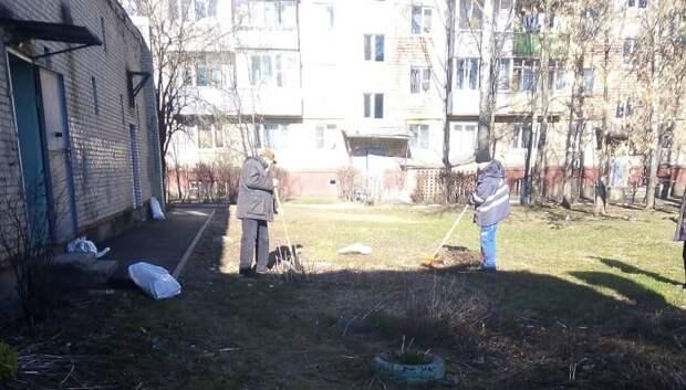 УК Подольска очистила от мусора площадки у центральных тепловых подстанций