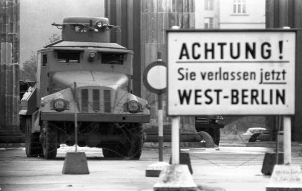 Бронированный водомет у Бранденбургских ворот, 1961 год.jpg