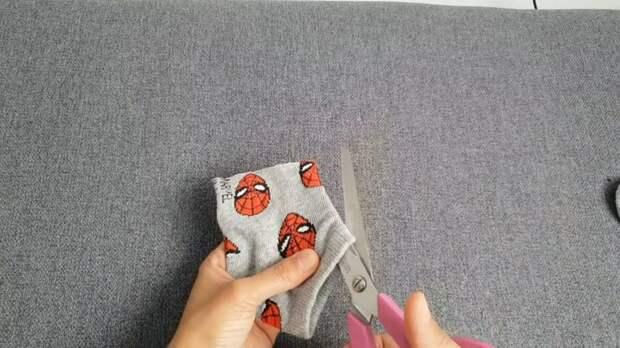 Маска из носка без шитья за 1 минуту — разрезал и готово