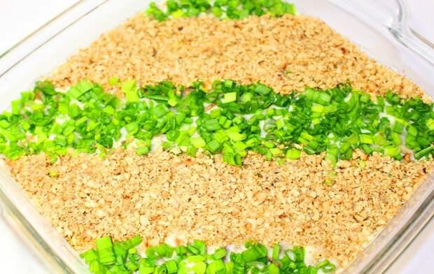 Новогодний салат из сельди и орехов