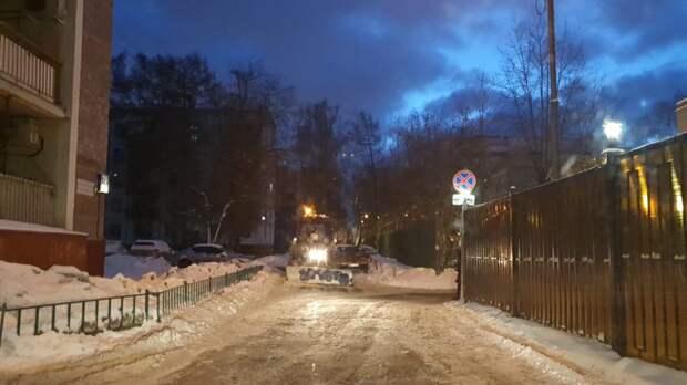Освобождать Кузьминки от снега продолжают около двухсот коммунальщиков