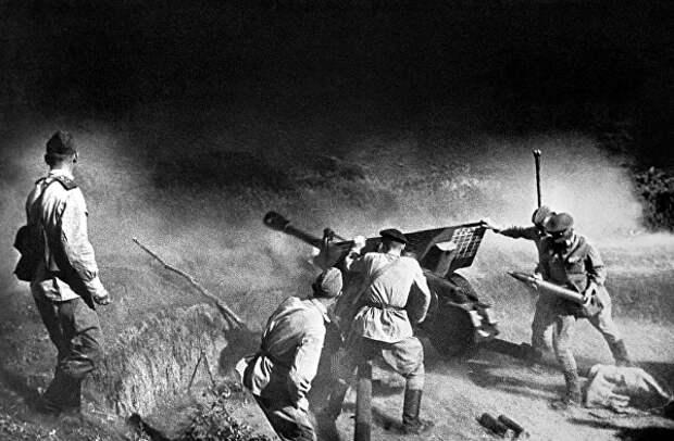 Артиллерийский расчет ведет огонь по врагу. Северный Кавказ