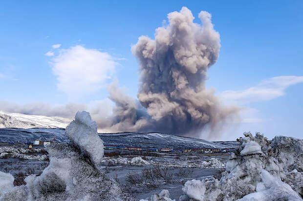 Курильский вулкан Эбеко выбросил столб пепла на 3 км