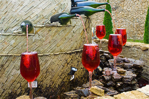 Фонтан красного вина в молдавской деревне Малые Милешты
