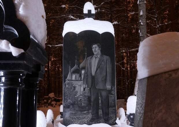Памятник бандита на фоне золотых куполов. | Фото: amusingplanet.com.