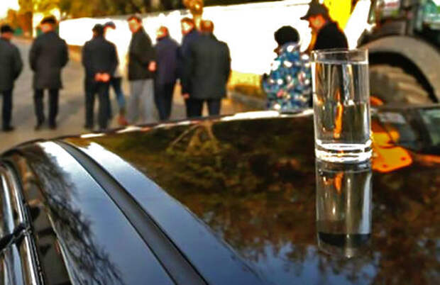 Мэр Новосибирска проверил качество дороги стаканом на автомобиле