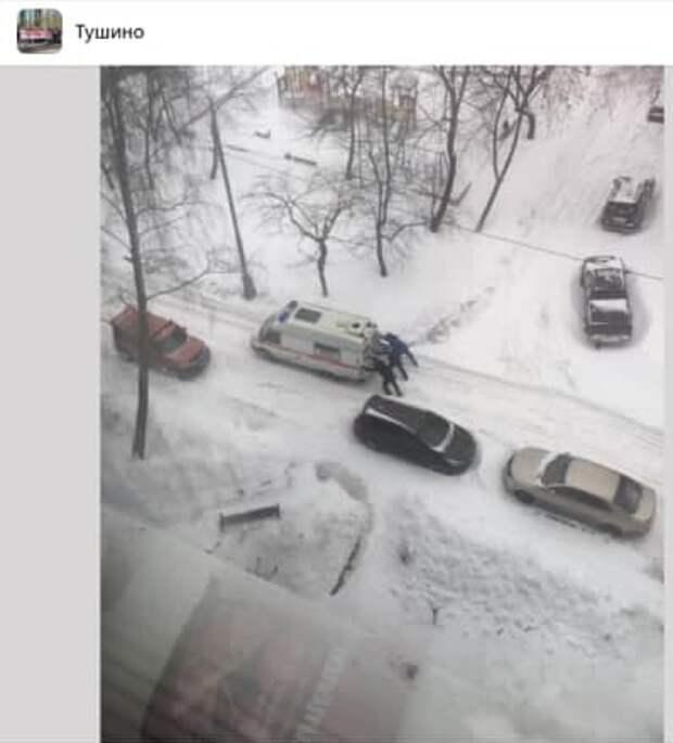 В Северном Тушине прохожие помогли машине скорой помощи выбраться из сугробов