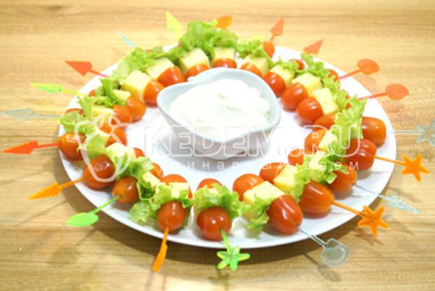Добавить  сырный соус или легкий майонез в  маленькой миске по середине блюда.