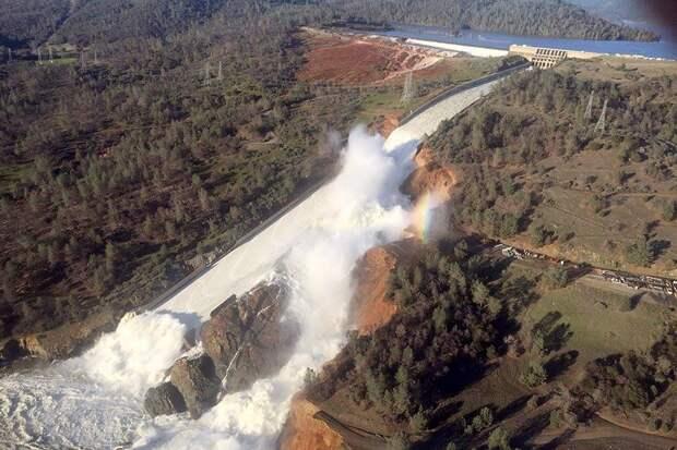 Прямая трансляция с места разрушения плотины в США появилась в Сети
