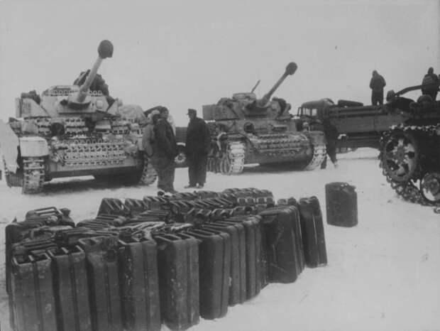 Заправка немецких танков, Восточный фронт, место неизвестно. Источник: waralbum.ru