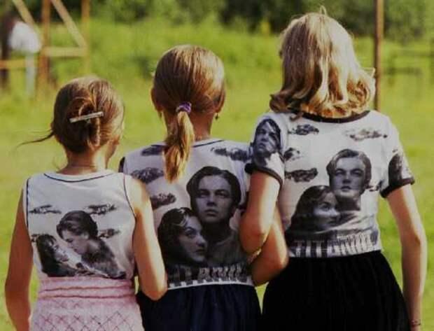 Такие футболки обязательно были в гардеробе каждой модной школьницы 90-х годов. После нашумевшего фильма «Титаник» носить одежду с принтами из фильма было невероятно круто. СССР, детская одежда, мода 80-90-х