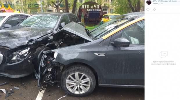 На Хорошевском шоссе припаркованный автомобиль попал в аварию