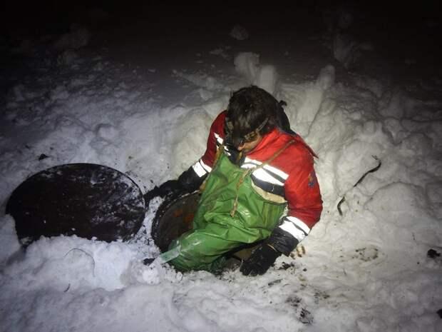 Озеро замерзало, и утка нырнула в подземный лабиринт из труб… Ради птицы спасатель отправился на поиски в дождевой коллектор!