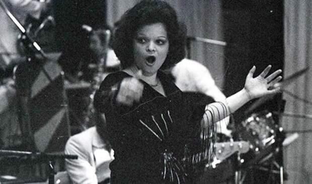 Певица в оркестре *Современник* | Фото: uznayvse.ru