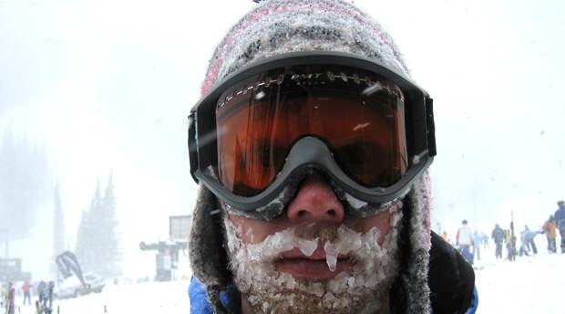 Средняя степень 32 градуса. Пульс замедлен до 50 ударов в минуту, кровь перестает курсировать по телу с надлежащей скоростью, следовательно внутренние органы также лишаются термозащиты. Опаснее всего при этом внезапное состояние сонливости, из-за которого погибли в снегу очень многие. Получить обморожение вплоть до 4 стадии при средней степени переохлаждения проще простого.