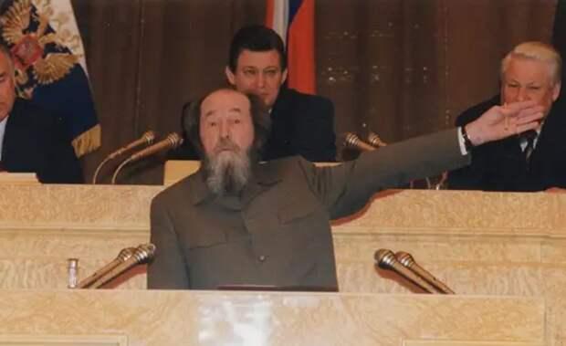 Работал против страны. И уговаривал Ельцина отдать Курилы