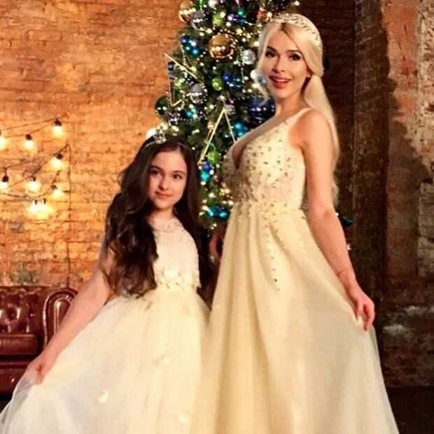 11-летнюю дочь Алены Кравец заперли в школьном туалете и насильно отстригли  девочке волосы - Вокруг ТВ.