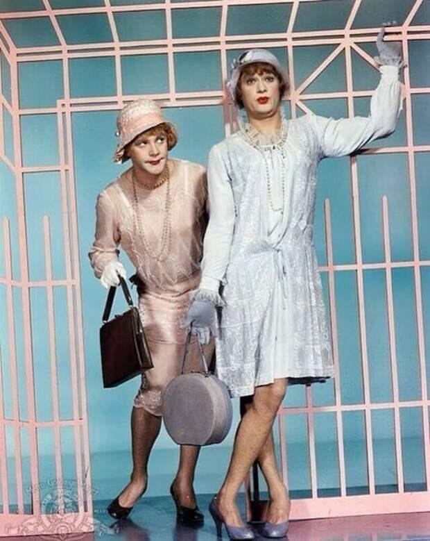Дафна и Жозефина: 10 архивных снимков актёров из «В джазе только девушки»