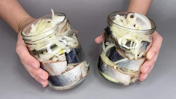 Больше селёдку в магазине не покупаю, а солю сама (лук съедается самым первым)
