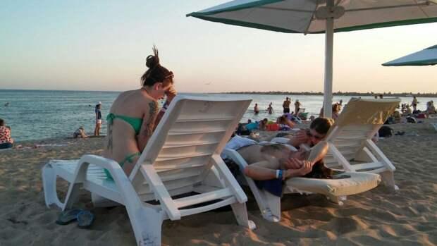 Крымская полиция проверит жалобы на разгоняющих туристов нагайками казаков
