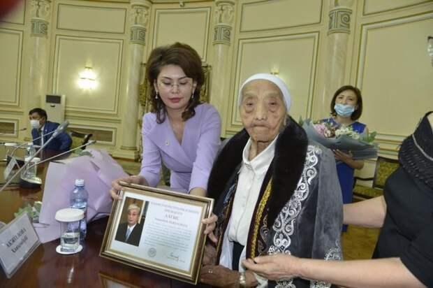 Токаев поздравил ветерана-журналиста с вековым юбилеем