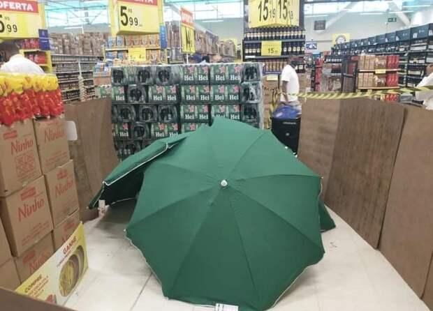 Когда сотрудник магазина умер, его прикрыли зонтами ипродолжили работать