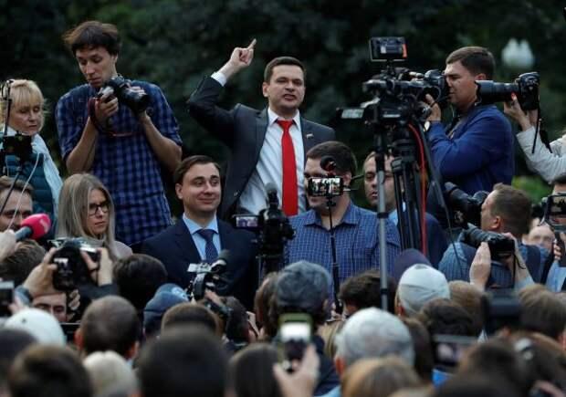 Илью Яшина не допустили к выборам из-за поддержки Алексея Навального
