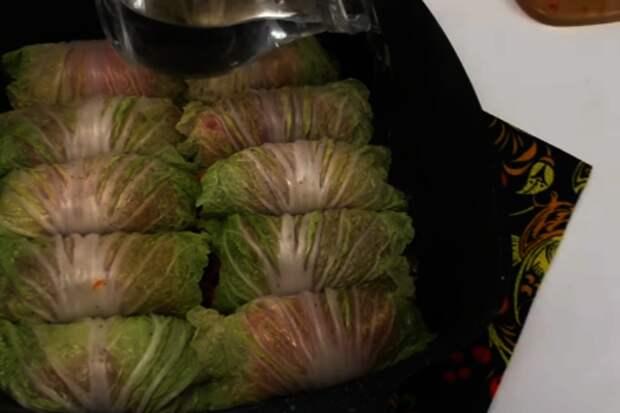 Капустные завиванцы. заворачиваем мясо в лист капусты и заливаем соусом - не голубцы: фото шаг 5