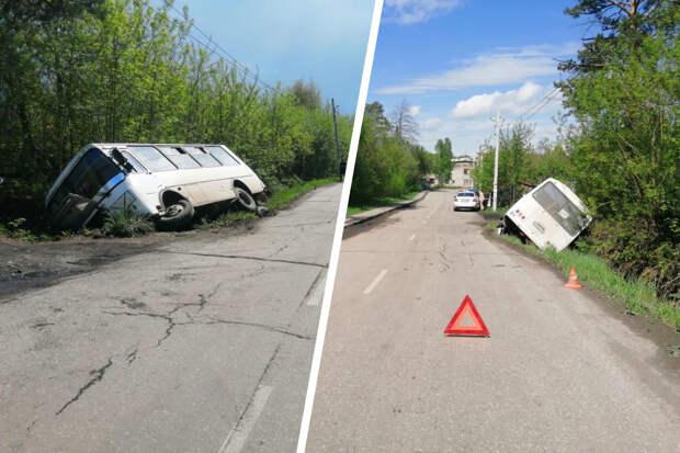 На дорогу под Новосибирском выехали мальчики на самокатах — встречный автобус попал в кювет