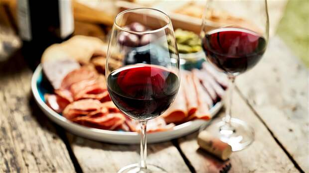 Вино запрещено, но есть четыре «но»: Смотря кто, с кем, когда и в меру ль пьет вино. При соблюдении сих четырех условий — Всем здравомыслящим вино разрешено! Омар Хайям.