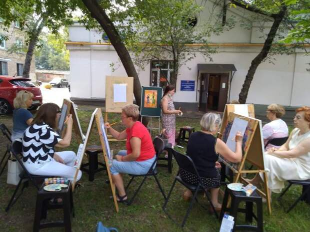 На Полтавской возобновились занятия «Московского долголетия» по изобразительному искусству