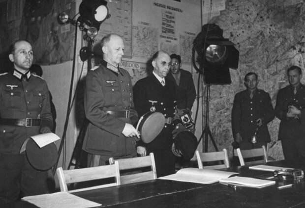 Представители командования Германии подходят к столу для под…