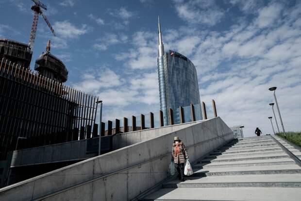 Одинокий покупатель, возвращающийся из продуктового магазина в районе Гарибальди в Милане». Алессандро Грассани для The New York Times.